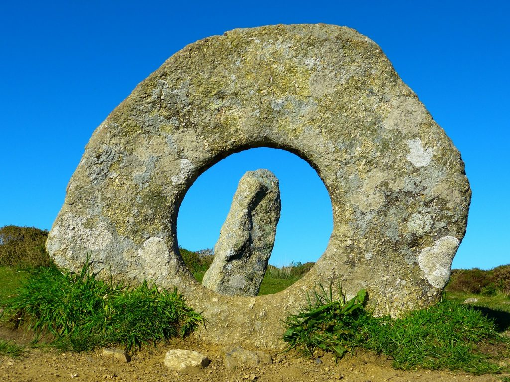 men-an-tol-stone-monument-cornwall
